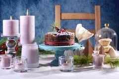 Εορταστικός πίνακας διακοπών με το αγγλικό κέικ φρούτων Χριστουγέννων ύφους Στοκ εικόνες με δικαίωμα ελεύθερης χρήσης