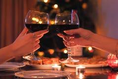 Εορταστικός πίνακας και δύο ποτήρια του κρασιού υπό εξέταση στοκ φωτογραφίες