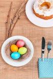 Εορταστικός πίνακας με τα ζωηρόχρωμα αυγά και cupcake Στοκ φωτογραφίες με δικαίωμα ελεύθερης χρήσης