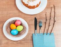 Εορταστικός πίνακας με τα ζωηρόχρωμα αυγά και cupcake Στοκ εικόνα με δικαίωμα ελεύθερης χρήσης