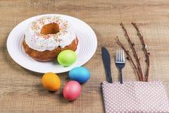 Εορταστικός πίνακας με τα ζωηρόχρωμα αυγά και cupcake Στοκ εικόνες με δικαίωμα ελεύθερης χρήσης