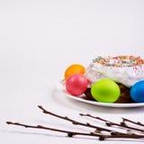 Εορταστικός πίνακας με τα ζωηρόχρωμα αυγά και cupcake Στοκ Φωτογραφίες