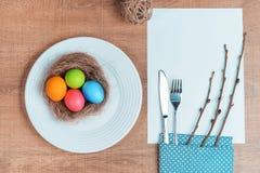 Εορταστικός πίνακας με τα ζωηρόχρωμα αυγά Στοκ εικόνα με δικαίωμα ελεύθερης χρήσης