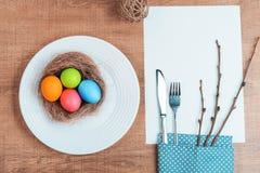 Εορταστικός πίνακας με τα ζωηρόχρωμα αυγά Στοκ Φωτογραφία