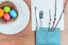Εορταστικός πίνακας με τα ζωηρόχρωμα αυγά Στοκ Εικόνες