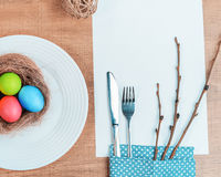 Εορταστικός πίνακας με τα ζωηρόχρωμα αυγά Στοκ Εικόνα