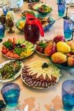 Εορταστικός πίνακας με τα λαχανικά, τα φρούτα και τα πρόχειρα φαγητά Στοκ φωτογραφία με δικαίωμα ελεύθερης χρήσης