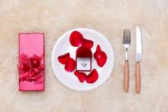 Εορταστικός πίνακας που θέτει για το γάμο, την ημέρα βαλεντίνων, τα γενέθλια ή το Α Στοκ φωτογραφία με δικαίωμα ελεύθερης χρήσης