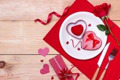 Εορταστικός πίνακας που θέτει για το γάμο, την ημέρα βαλεντίνων, τα γενέθλια ή το Α Στοκ εικόνα με δικαίωμα ελεύθερης χρήσης