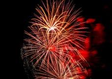 Εορταστικός χαιρετισμός στο νυχτερινό ουρανό την ημέρα νίκης στη Ρωσική Ομοσπονδία που προκαλεί τις θετικές συγκινήσεις στον πληθ στοκ φωτογραφία με δικαίωμα ελεύθερης χρήσης