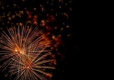 Εορταστικός χαιρετισμός στο νυχτερινό ουρανό την ημέρα νίκης στη Ρωσική Ομοσπονδία που προκαλεί τις θετικές συγκινήσεις στον πληθ στοκ εικόνα