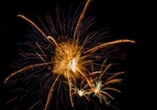 Εορταστικός χαιρετισμός στο νυχτερινό ουρανό την ημέρα νίκης στη Ρωσική Ομοσπονδία που προκαλεί τις θετικές συγκινήσεις στον πληθ στοκ εικόνες