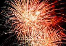 Εορταστικός χαιρετισμός στο νυχτερινό ουρανό την ημέρα νίκης στη Ρωσική Ομοσπονδία που προκαλεί τις θετικές συγκινήσεις στον πληθ στοκ φωτογραφίες