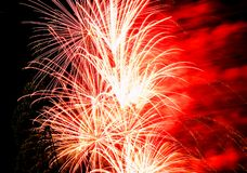 Εορταστικός χαιρετισμός στο νυχτερινό ουρανό την ημέρα νίκης στη Ρωσική Ομοσπονδία που προκαλεί τις θετικές συγκινήσεις στον πληθ στοκ εικόνες με δικαίωμα ελεύθερης χρήσης