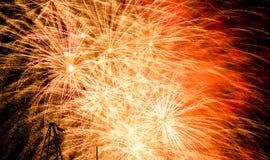 Εορταστικός χαιρετισμός στο νυχτερινό ουρανό την ημέρα νίκης στη Ρωσική Ομοσπονδία που προκαλεί τις θετικές συγκινήσεις στον πληθ στοκ φωτογραφίες με δικαίωμα ελεύθερης χρήσης