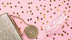 Εορταστικός χρυσός συμπλέκτης βραδιού στο ροζ Διακοπές και εορτασμός β απόθεμα βίντεο