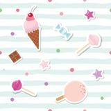 Εορταστικό άνευ ραφής σχέδιο με τις χαριτωμένες αυτοκόλλητες ετικέττες στο ριγωτό υπόβαθρο Για το σχέδιο γενεθλίων και λευκώματος Στοκ Εικόνα
