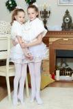 Εορταστικό αγκάλιασμα μικρών κοριτσιών Στοκ Φωτογραφίες