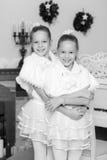 Εορταστικό αγκάλιασμα μικρών κοριτσιών Στοκ Φωτογραφία