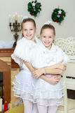 Εορταστικό αγκάλιασμα μικρών κοριτσιών Στοκ φωτογραφίες με δικαίωμα ελεύθερης χρήσης