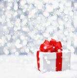 Εορταστικό δώρο Χριστουγέννων στο χιόνι Στοκ Φωτογραφία