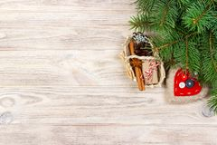 Εορταστικό δώρο boxe με την καρδιά, το anice αστεριών, το καλάθι, την κανέλα και snowflake στο ξύλινο υπόβαθρο Χριστουγεννιάτικα  Στοκ Εικόνες