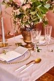 Εορταστικό επιτραπέζιο ντεκόρ Χρυσά μαχαιροπήρουνα Με τα διαφορετικά φυσικά χρώματα και τα λουλούδια Γρανάτης Γάμος πολυτέλειας,  στοκ φωτογραφίες