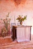 Εορταστικό επιτραπέζιο ντεκόρ Χρυσά μαχαιροπήρουνα Με τα διαφορετικά φυσικά χρώματα και τα λουλούδια Γρανάτης Γάμος πολυτέλειας,  στοκ εικόνα με δικαίωμα ελεύθερης χρήσης