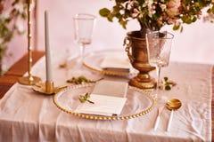 Εορταστικό επιτραπέζιο ντεκόρ Χρυσά μαχαιροπήρουνα Με τα διαφορετικά φυσικά χρώματα και τα λουλούδια Γρανάτης Γάμος πολυτέλειας,  στοκ φωτογραφία με δικαίωμα ελεύθερης χρήσης