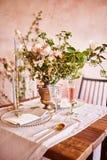 Εορταστικό επιτραπέζιο ντεκόρ Χρυσά μαχαιροπήρουνα Με τα διαφορετικά φυσικά χρώματα και τα λουλούδια Γρανάτης Γάμος πολυτέλειας,  στοκ εικόνα