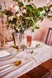 Εορταστικό επιτραπέζιο ντεκόρ Χρυσά μαχαιροπήρουνα Με τα διαφορετικά φυσικά χρώματα και τα λουλούδια Γρανάτης Γάμος πολυτέλειας,  στοκ εικόνες με δικαίωμα ελεύθερης χρήσης