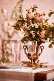 Εορταστικό επιτραπέζιο ντεκόρ Χρυσά μαχαιροπήρουνα Με τα διαφορετικά φυσικά χρώματα και τα λουλούδια Γρανάτης Γάμος πολυτέλειας,  στοκ εικόνες