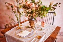 Εορταστικό επιτραπέζιο ντεκόρ Χρυσά μαχαιροπήρουνα Με τα διαφορετικά φυσικά χρώματα και τα λουλούδια Γρανάτης Γάμος πολυτέλειας,  στοκ φωτογραφίες με δικαίωμα ελεύθερης χρήσης