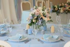 Εορταστικό επιτραπέζιο σχεδιάγραμμα γαμήλιο λευκό τριαντάφυλλων μαργαριταριών πρόσκλησης διακοσμήσεων ντεκόρ καρτών μπουτονιερών  στοκ φωτογραφία με δικαίωμα ελεύθερης χρήσης