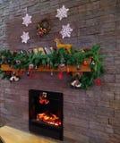 Εορταστικό εσωτερικό Χριστουγέννων φωτογραφιών αποθεμάτων με τα γκρίζα και άσπρα αστέρια που κρεμούν στον τοίχο στοκ εικόνες