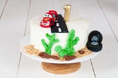 Εορταστικό κέικ με ένα αυτοκίνητο γενεθλίων για 1 έτος Στοκ Εικόνες