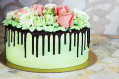 Εορταστικό κέικ με τα τριαντάφυλλα φιαγμένα από κρέμα σε ένα άσπρο ξύλινο υπόβαθρο Στοκ φωτογραφία με δικαίωμα ελεύθερης χρήσης