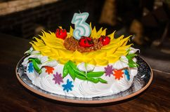 Εορταστικό κέικ στον πίνακα στοκ εικόνα με δικαίωμα ελεύθερης χρήσης