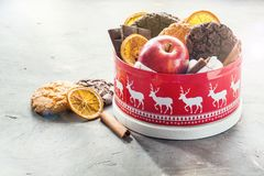 Εορταστικό κιβώτιο βάζων Χριστουγέννων με το κόκκινο μήλων σοκολάτας φραγμών Χριστουγέννων κιβώτιο δώρων ραβδιών κανέλας τσιπ μπι Στοκ Φωτογραφίες