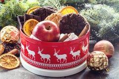 Εορταστικό κιβώτιο βάζων Χριστουγέννων με το κόκκινο μήλων σοκολάτας φραγμών Χριστουγέννων κιβώτιο δώρων ραβδιών κανέλας τσιπ μπι Στοκ φωτογραφίες με δικαίωμα ελεύθερης χρήσης