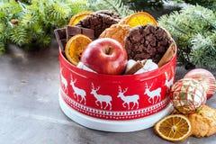Εορταστικό κιβώτιο βάζων Χριστουγέννων με το κόκκινο μήλων σοκολάτας φραγμών Χριστουγέννων κιβώτιο δώρων ραβδιών κανέλας τσιπ μπι Στοκ φωτογραφία με δικαίωμα ελεύθερης χρήσης