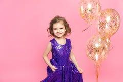 Εορταστικό μικρό κορίτσι με τα μπαλόνια στοκ φωτογραφία με δικαίωμα ελεύθερης χρήσης