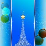 Εορταστικό μπλε υπόβαθρο Χριστουγέννων με το δέντρο και τα μπιχλιμπίδια Στοκ Εικόνες