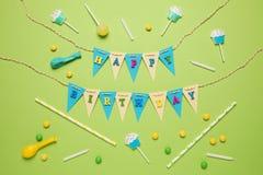 Εορταστικό ντεκόρ για τα γενέθλια των παιδιών Γλυκές πολύχρωμες καραμέλες, μπαλόνι, άχυρα στοκ φωτογραφία