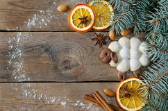 Εορταστικό πλαίσιο με τα μπισκότα και τα καρυκεύματα Στοκ Εικόνα