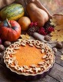Εορταστικό σπιτικό επιδόρπιο φθινοπώρου πιτών κολοκύθας που γίνεται για την ημέρα των ευχαριστιών, στενός επάνω Διακοσμημένος με  Στοκ Εικόνες