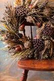 Εορταστικό στεφάνι φθινοπώρου με τα βελανίδια και τα φύλλα πτώσης στοκ εικόνες