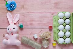 Εορταστικό σύνολο Πάσχας με τα αυγά, το λουλούδι και το κουνέλι Πάσχας, χρώμα, βούρτσα, τυλίγοντας έγγραφο στον αγροτικό ξύλινο π Στοκ φωτογραφίες με δικαίωμα ελεύθερης χρήσης