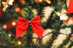 Εορταστικό τόξο σε ένα χριστουγεννιάτικο δέντρο στοκ φωτογραφίες