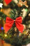 Εορταστικό τόξο σε ένα χριστουγεννιάτικο δέντρο στοκ εικόνες